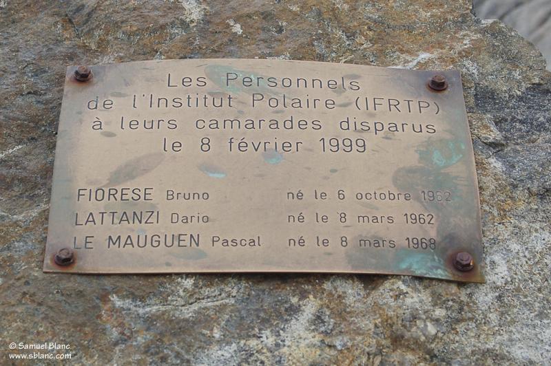 Plaque commémorative sur l'île des Pétrels de l'accident de 1999