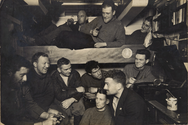 Noël (1929, 1930, 1931 ?) à bord du Discovery lors de l'expédition BANZARE. Photo : Frank Hurley