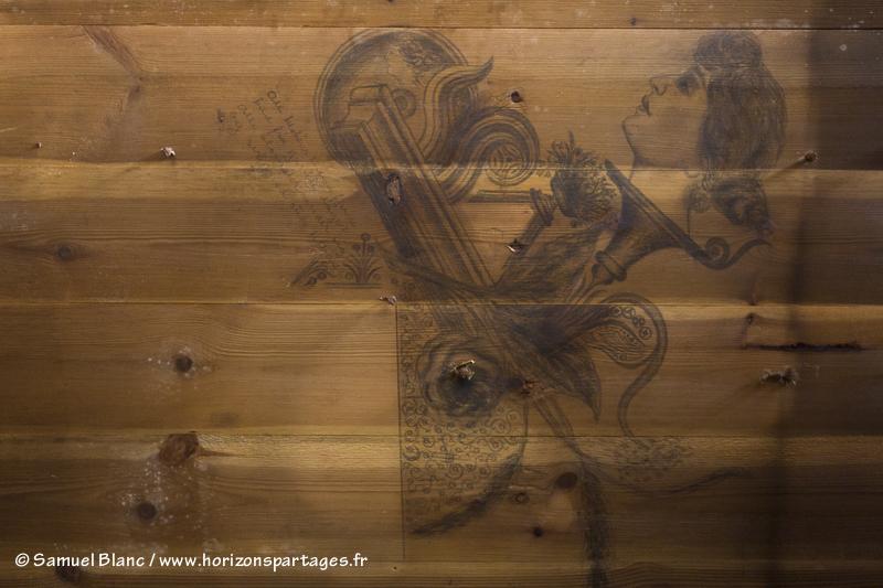 Dessin de Holbein Ellefsen au plafond dans la cabane de Borchgrevink au cap Adare