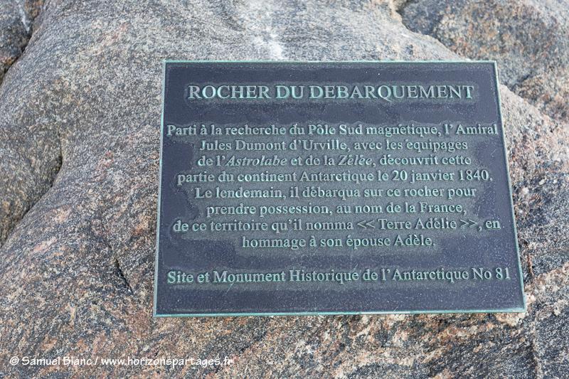 Plaque sur le rocher du Débarquement en Terre Adélie