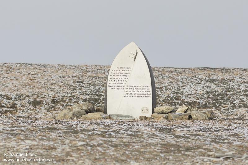 Monument en hommage aux membres du Karluk sur l'île Wrangel